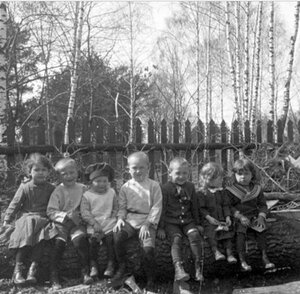 Дети, сидящие на бревне