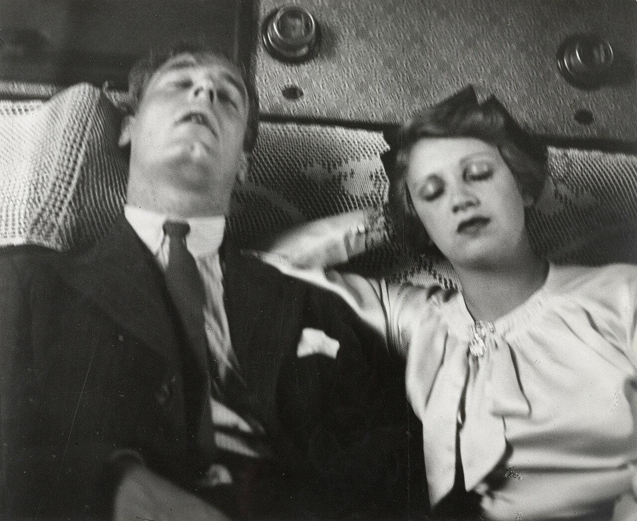 1938. Пара спит в поезде