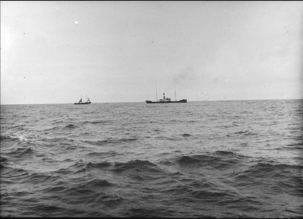 18 – 23 августа 1914. Вид на лихтер «Шальк» и пароход «Скулэ» в Северном Ледовитом океане