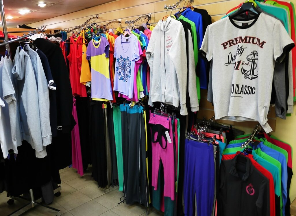 2c21d9227d2d Очень много ярких и красочных цветов в одежде, даже в серые будни вы будете  выглядеть ярко и весело и даже настроение от такой одежды ...