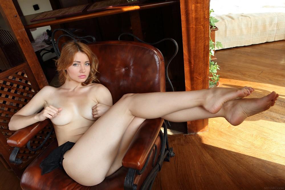 Обнаженная Kika позирует на кресле
