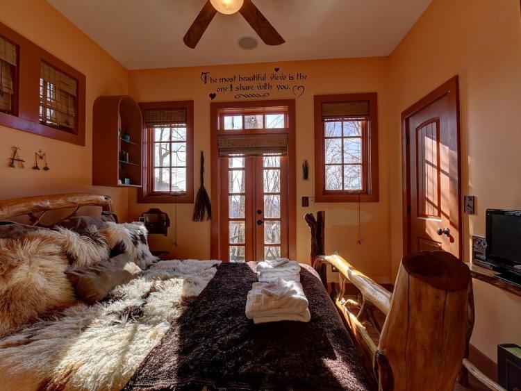 8. На втором этаже расположена уютная спальня для взрослых, из которой открывается восхитительный ви