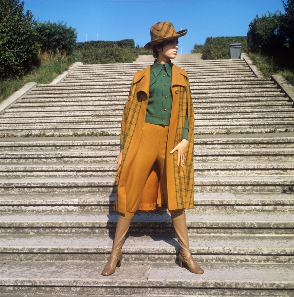 15. Демонстрация ансамбля, состоящего из брюк типа