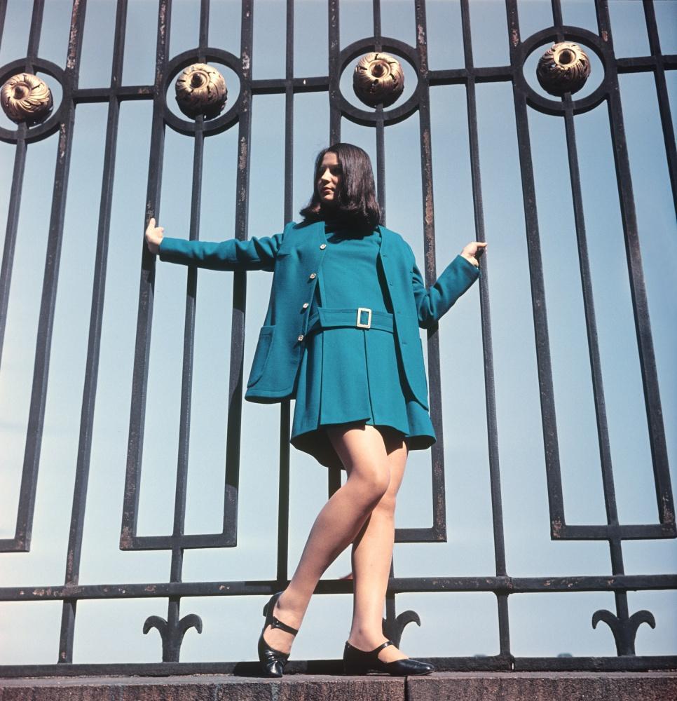 21. Демонстрация платья из зеленого сукна с удлиненным жакетом.1969 г. Фотохроника ТАСС/П.Федотов