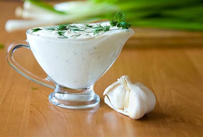 Ингредиенты: 1стакан сметаны 1ст.л. соевого соуса 3зубчика чеснока 5капель бальзамического уксу