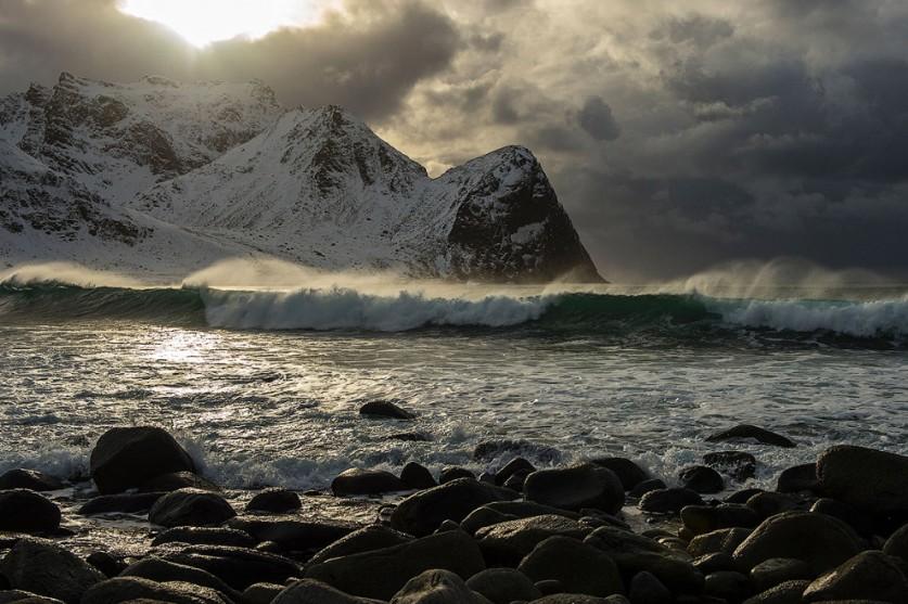 А вот и экстремальные арктические серферы, Флакстад, Норвегия.