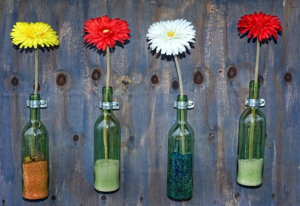 Еще один вариант необычно задействовать стеклянные бутылки ипустую стену. Понадобится мужская помощ