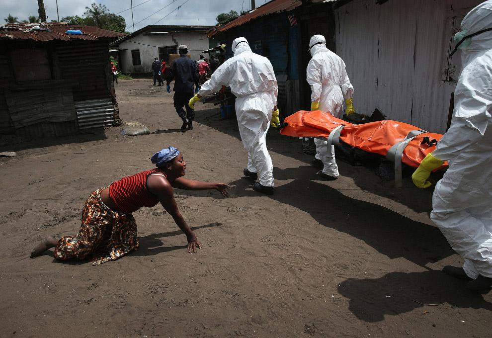 4. Погибшая от вируса Эбола 14 августа 2014 года в городе Монровия, Либерия. (Фото John Moore  