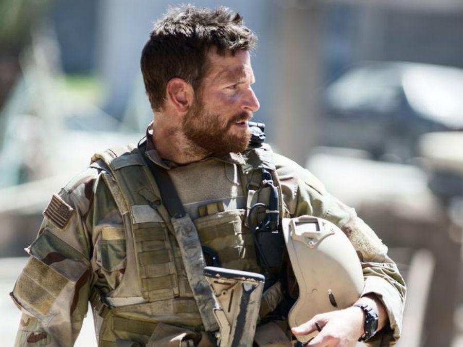 Брэдли Купер в роли Криса Кайла в «Американском снайпере».