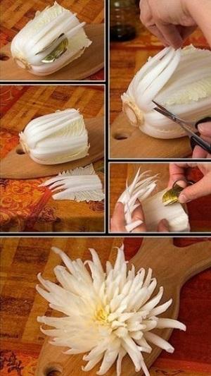 Еще один вариант лотоса из лука. Серединку можно сделать из моркови, красиво будет смотреться и болг