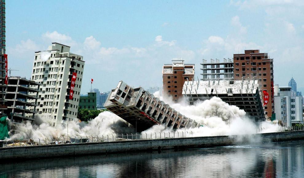 7. Эффектные подрывы в Чунцине, Китай пассажирского терминала и отеля Три ущелья, 30 августа 2012. (