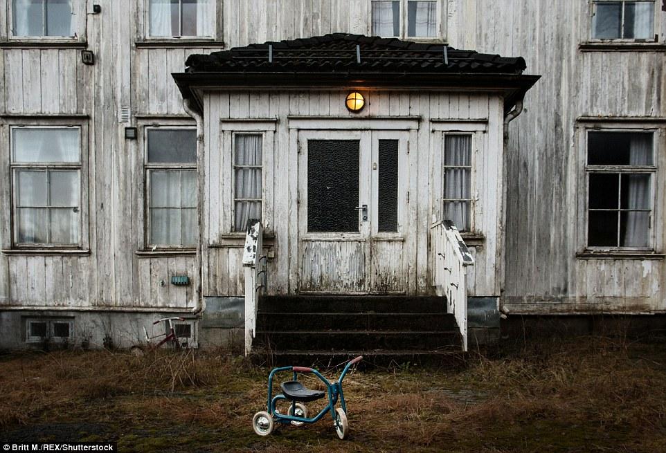 На крыльце этого дома в норвежском Акерсхусе все еще горит фонарь, а перед дверью стоит детский вело