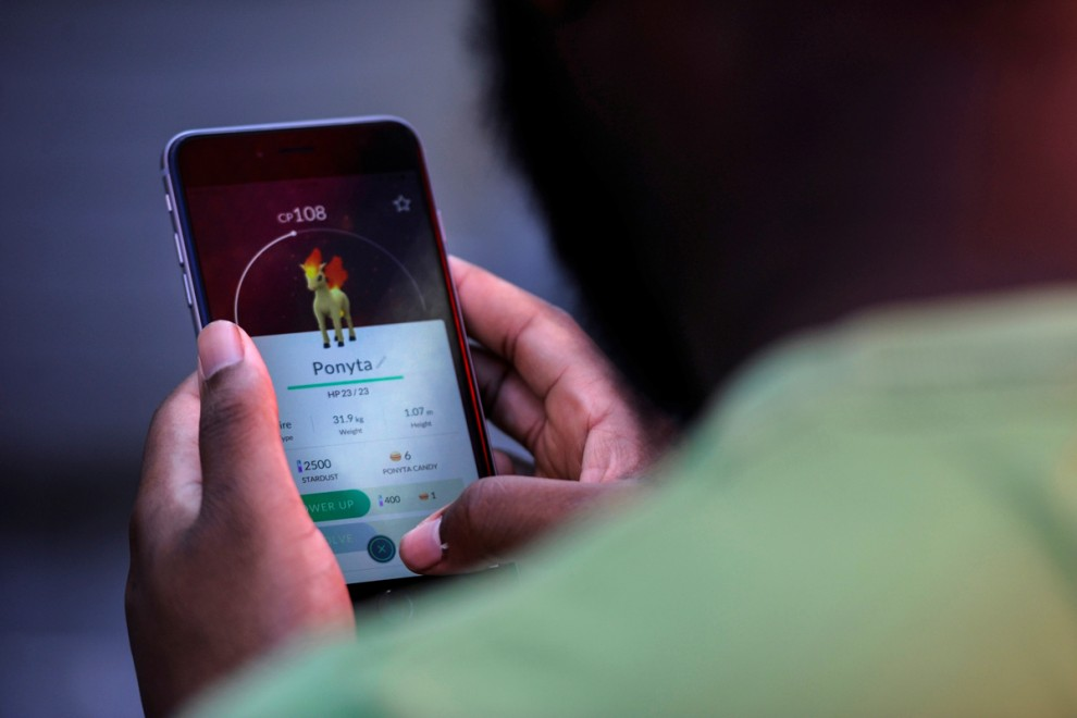 Люди выслеживают покемонов в Бэйфронт-парке в Майами, штат Флорида, США, 12 июля 2016 года.