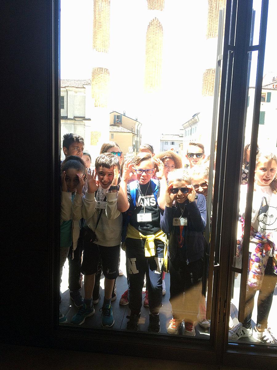 25. Группы школьников преследовали нас на протяжении всего маршрута по археологической части города.