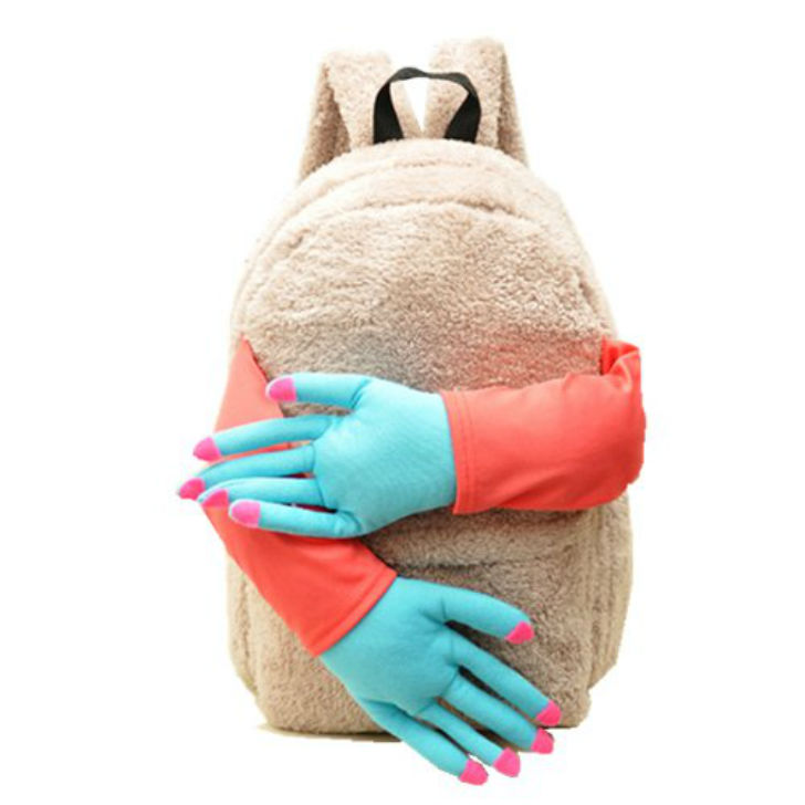 Тяжелый день на работе? Плюшевый рюкзачок вас обнимет и утешит (4 фото)
