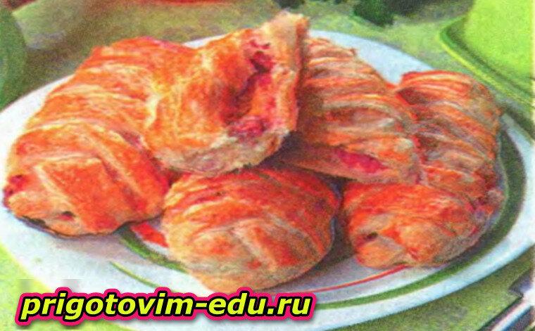 Слоеные косички с колбасой, перцем и сыром