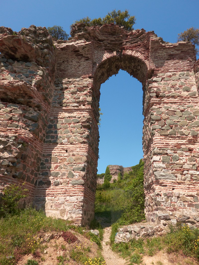 Руины разрушенной крепости Йорос