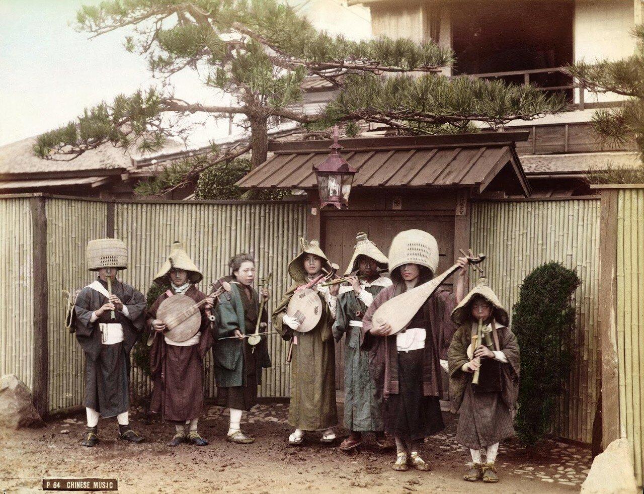 Буддийские священники и монахини, играющие на музыкальных инструментах на улице