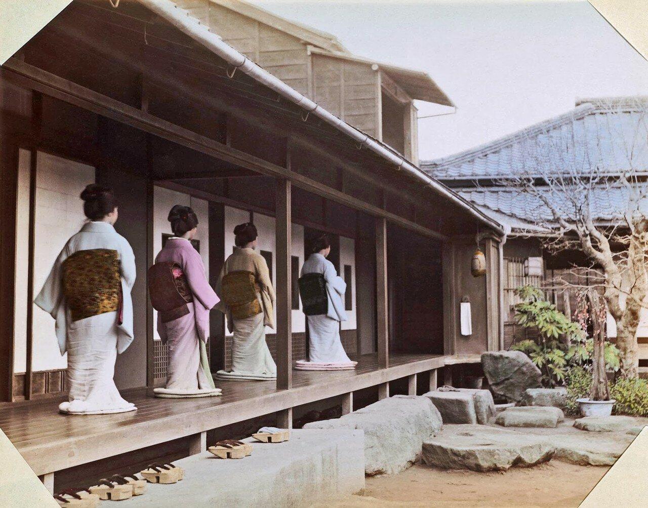 Токио. Четыре японки одетые в кимоно на крыльце в саду Окано