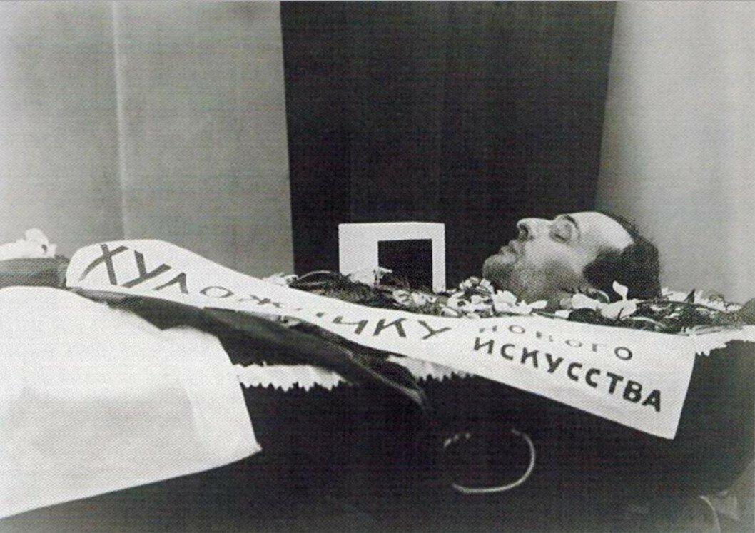 1929. Илья Чашник в гробу