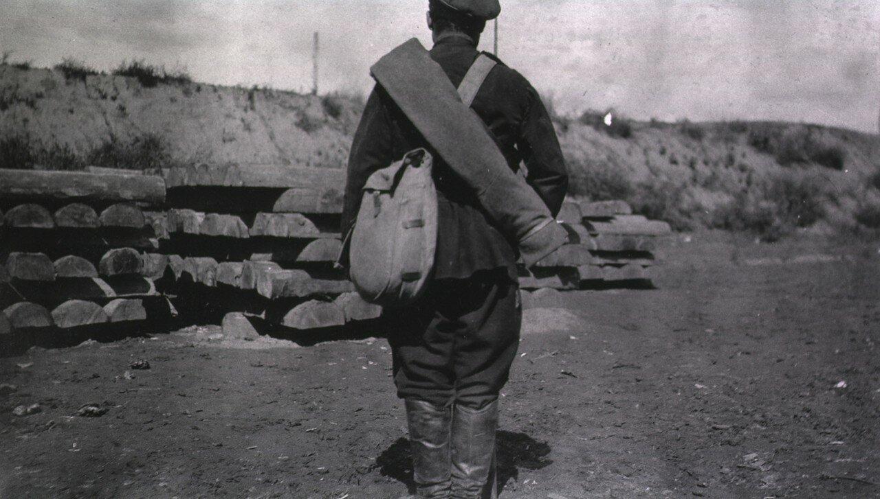 Русский солдат (вид сзади)