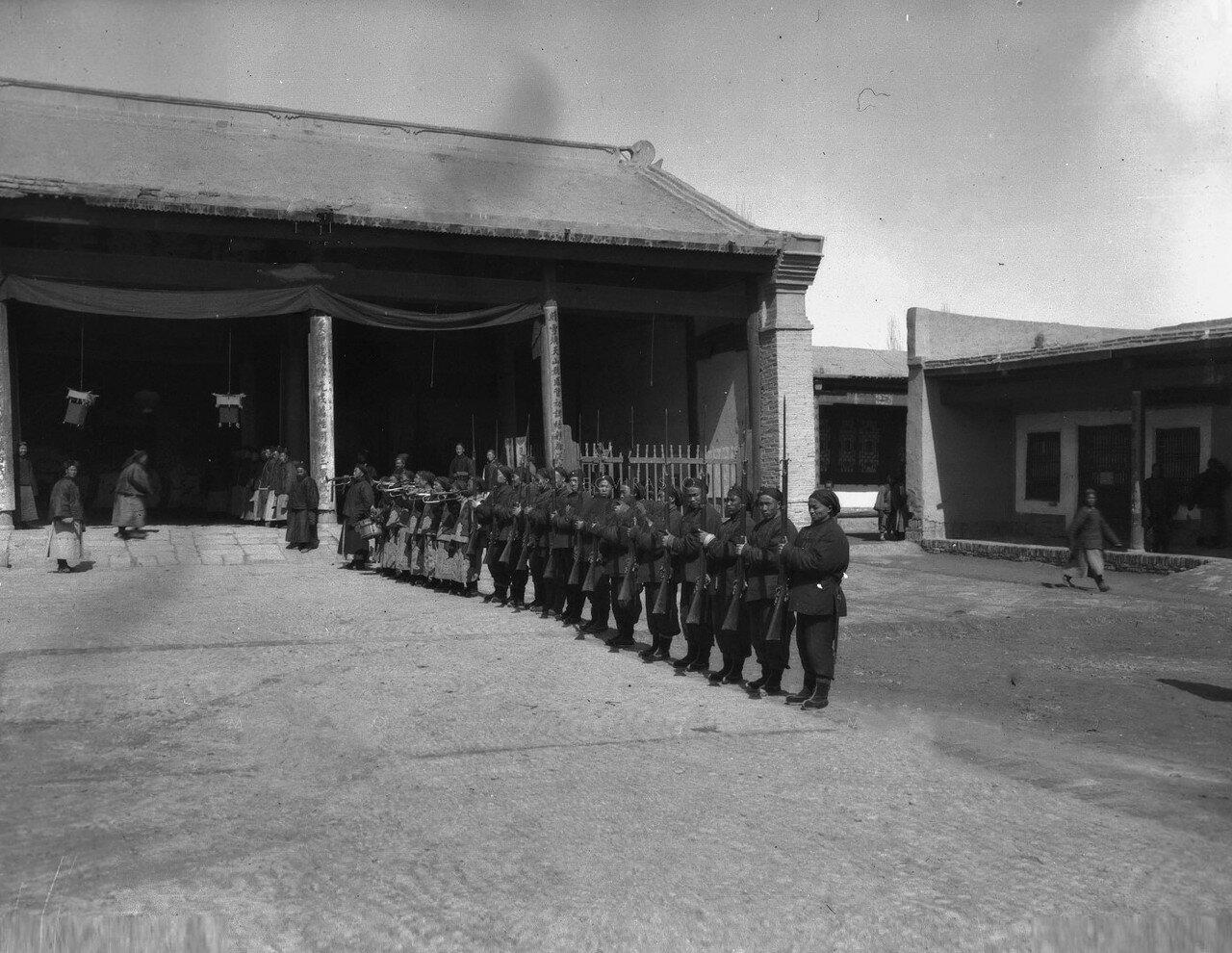 Почетный караул во дворе даотана во время визита Маннергейма