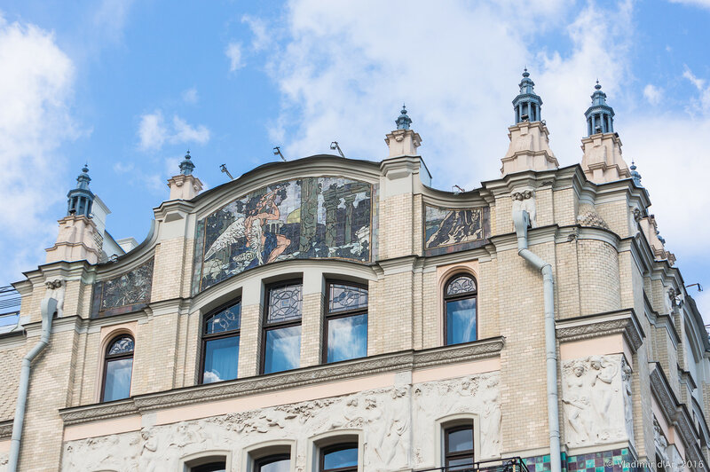 Майоликовое панно «Поклонение старине» западном фасаде гостиницы «Метрополь». А.Я. Головин.