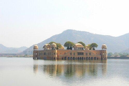 Дворец Джал Махал на озере Ман Сагар в Джайпуре