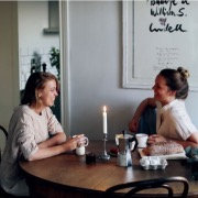 девушки за столом