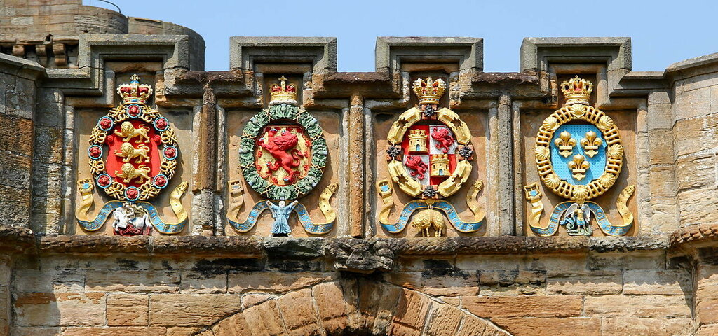 1280px-The_Four_Orders_of_Chivalry_on_the_Fore_Entrance_to_Linlithgow_Palace.JPG