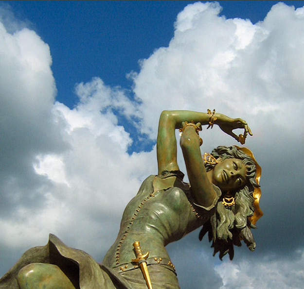 16-Esmeralda_sculpture.jpg