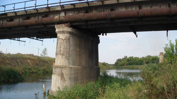 Благодарить рыбалке: В Славянске под мостом нашли заложенную взрывчатку (фото)
