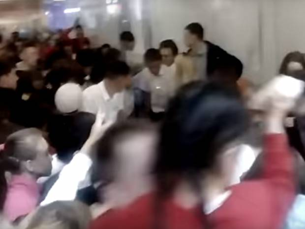 """""""Встали с колен за бесплатным мороженым"""": В сети высмеивают видео с битвой за лакомство в России"""