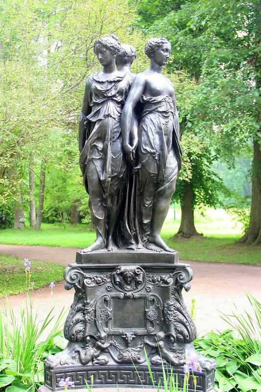 """Скульптура """"Три Грации"""" у Китайского дворца. Ораниенбаум"""