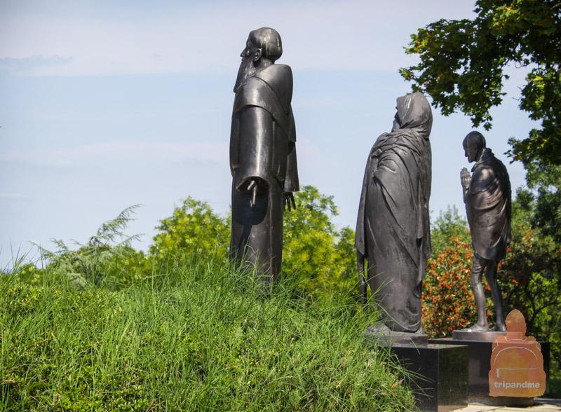 Статуи выполнены их бронзы