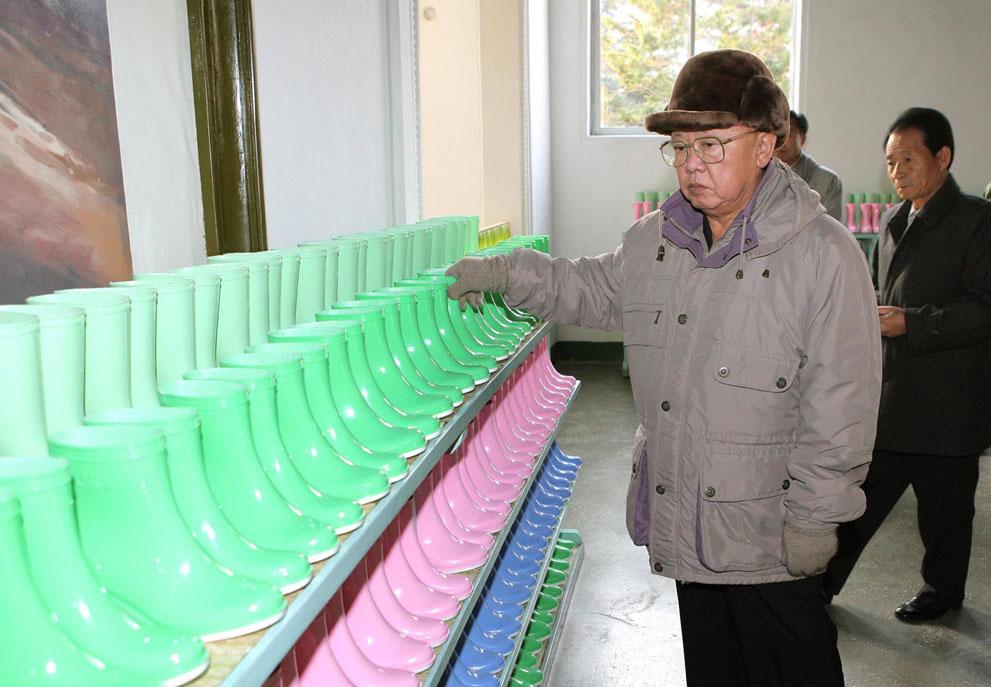 14. Ким ЧЕн Ир на заводе пластмассовых изделий для солдат-инвалидов 3 декабря 2010 года. (KNS/AFP/Ge