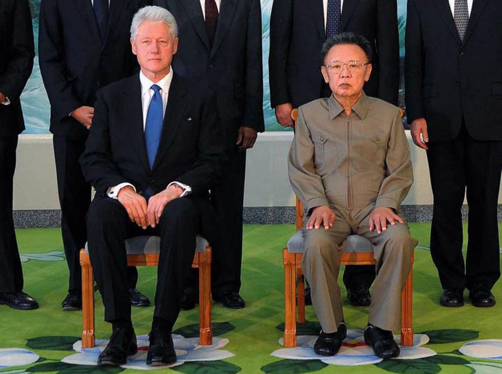 15. Бывший президент США Билл Клинтон и лидер Северной Кореи Ким Чен Ир в Пхеньяне 4 августа 2009 го
