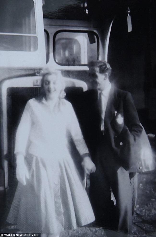 © walesnews.com  Кен ушел изВВС идосвадьбы работал вместе сШирли наэтом автобусе вкачест