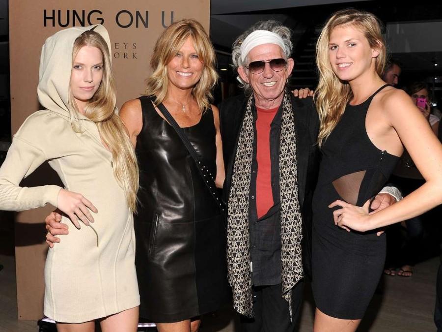 12. Знаменитый гитарист группы Роллинг Стоунз, Кейт Ричардс, и его дочери, Александра и Теодора.