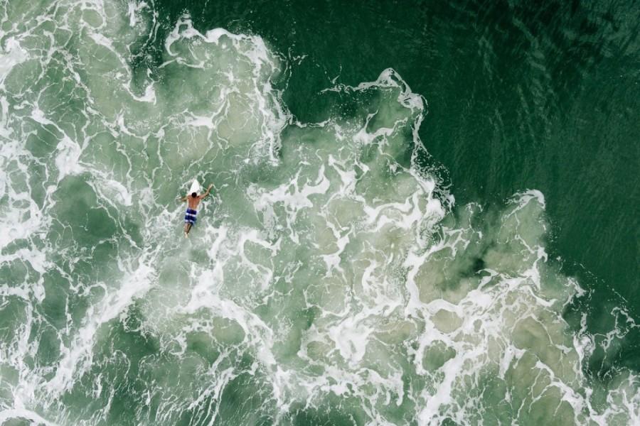 3. Сёрфер возле пляжа Моле во Флорианополисе, Бразилия.