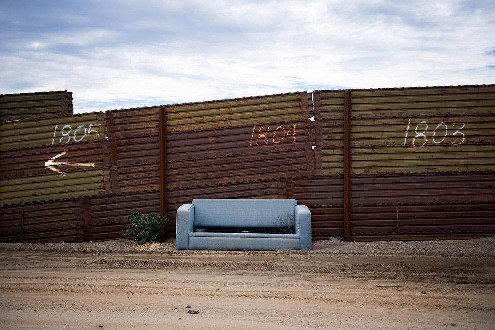 9. Большое число мексиканцев пересекают границу с США нелегально. (Фото Jim Watson):