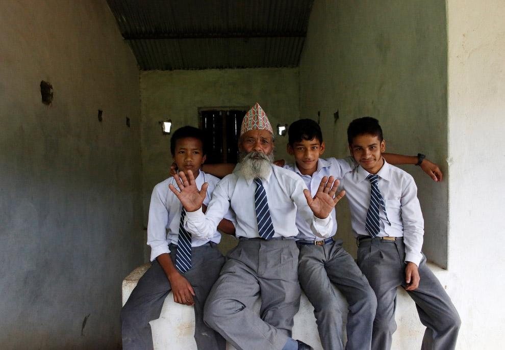 12. В 68 лет обучение дается непросто, но более молодые помогают. (Фото Navesh Chitrakar | Reut