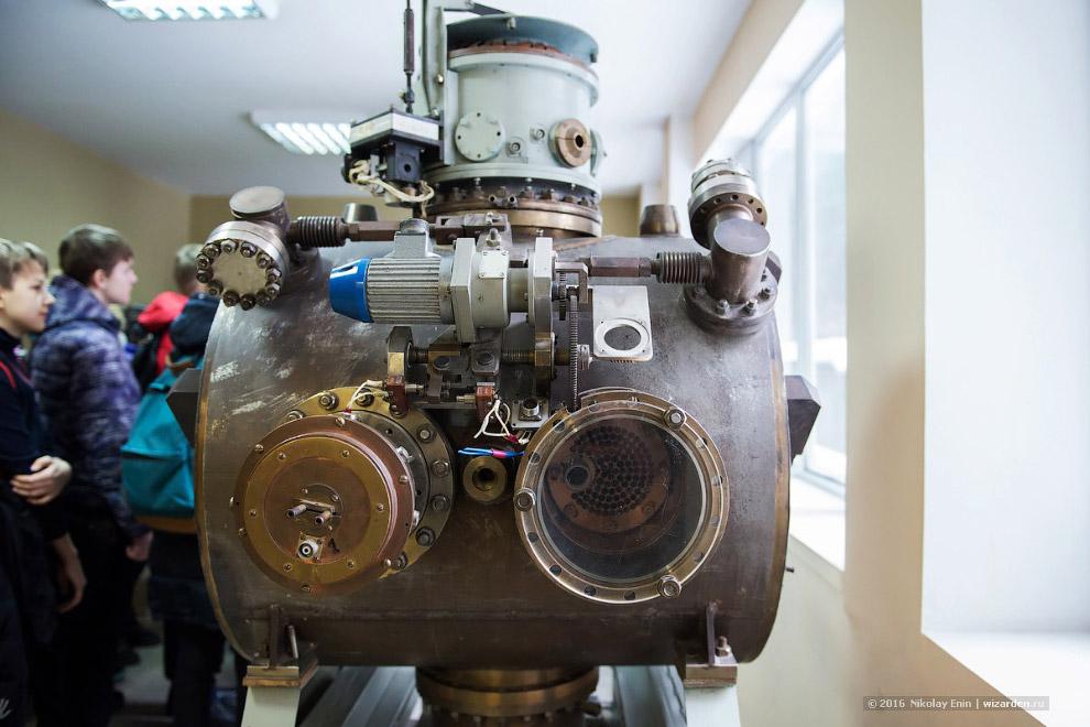 4. Установка со встречными электрон-позитронными пучками ВЭПП-2М начала работать с 1974 года. Д