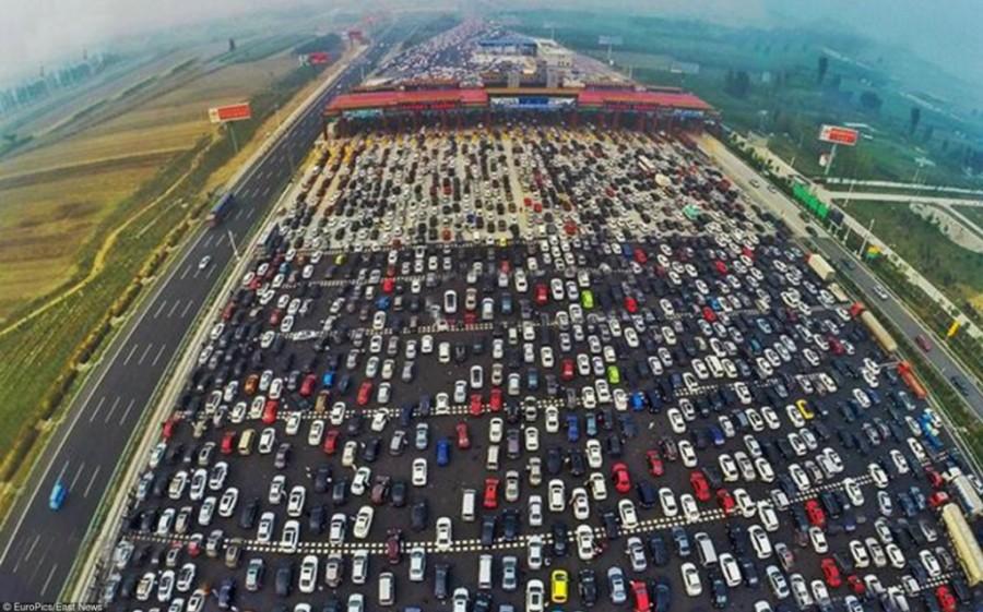 3. Вся проблема в том, что сразу за платными терминалами идет резкое сужение дороги.