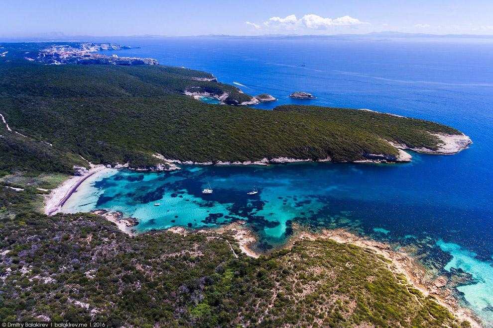 11. Отплываем на арендованном катамаране в Сардинию, до которой рукой подать. Всего-то 12 км.