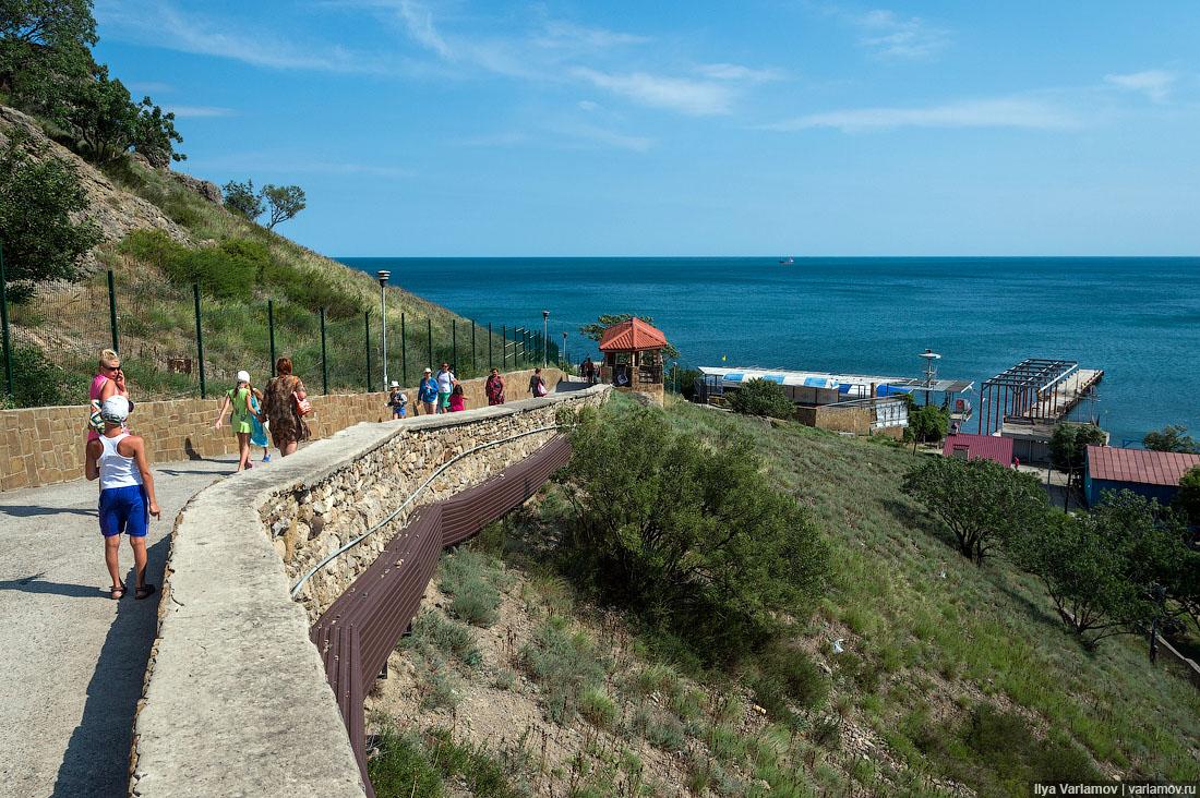 Спускаюсь к воде и иду направо. Там пляж, на котором я все детство плавал, когда в Судаке жил. Захож