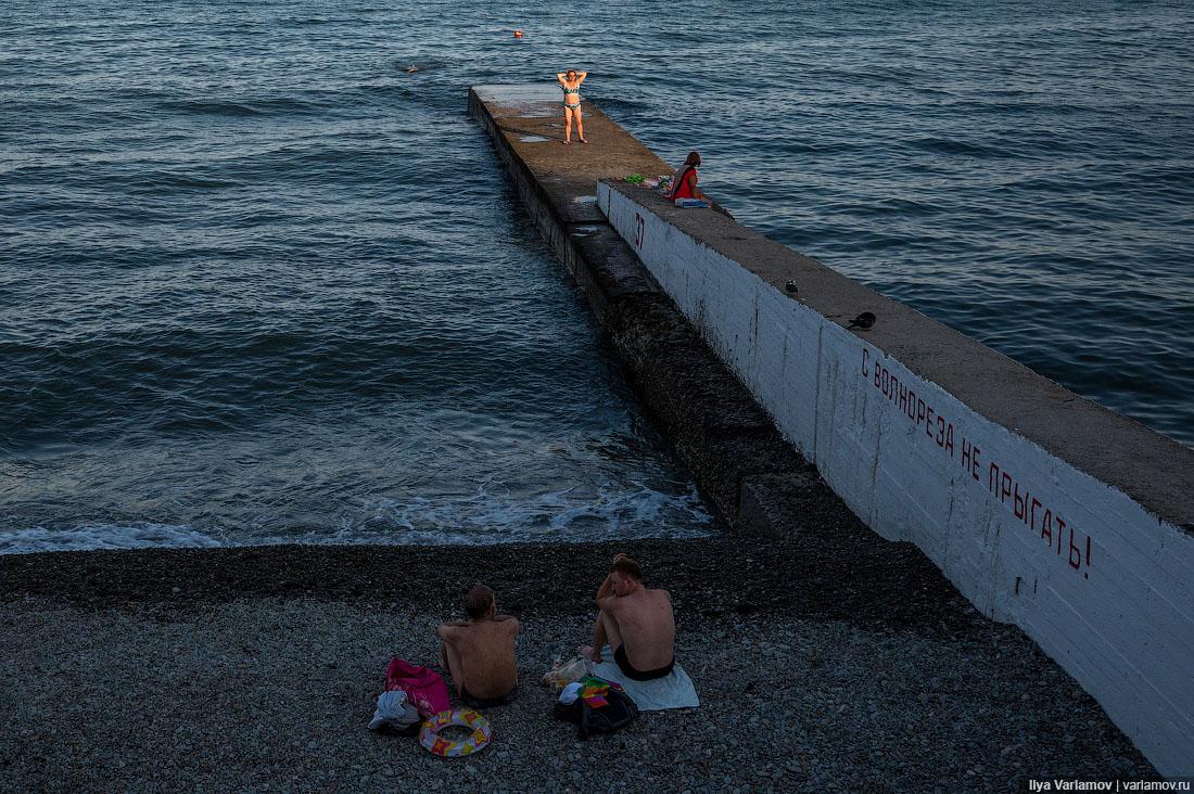 Проснулся под вопли каких-то мудаков с пляжа, которые зазывали на морские прогулки на своем теплоход