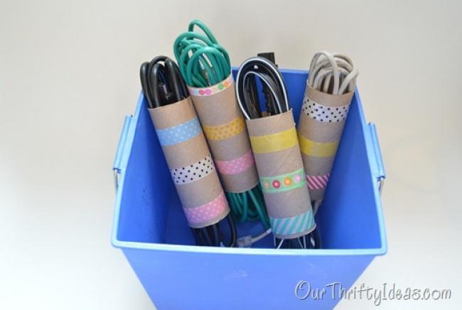 Простые картонные чехлы помогут держать все провода впорядке. Ацветная лента сделает ихнепохожими