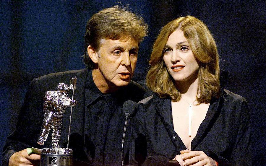 Пол Маккартни и Мадонна на вручении премии MTV Music Awards в Нью-Йорке, 1999 год.