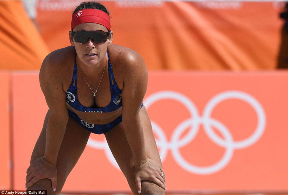 Американская волейболистка ждет подачи соперниц.